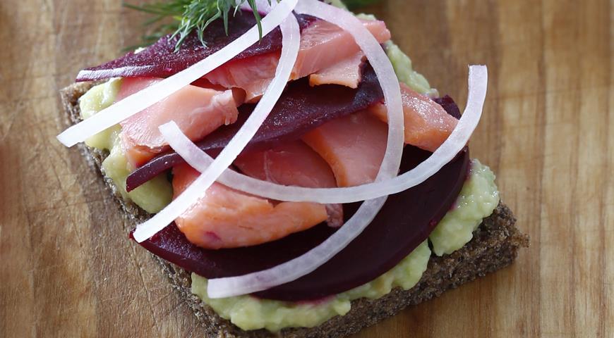 Рецепт Бутерброды с лососем, свеклой и авокадо