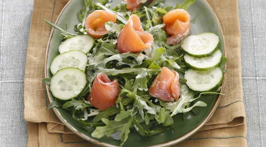 Рецепт Салат с огурцами и копченым лососем