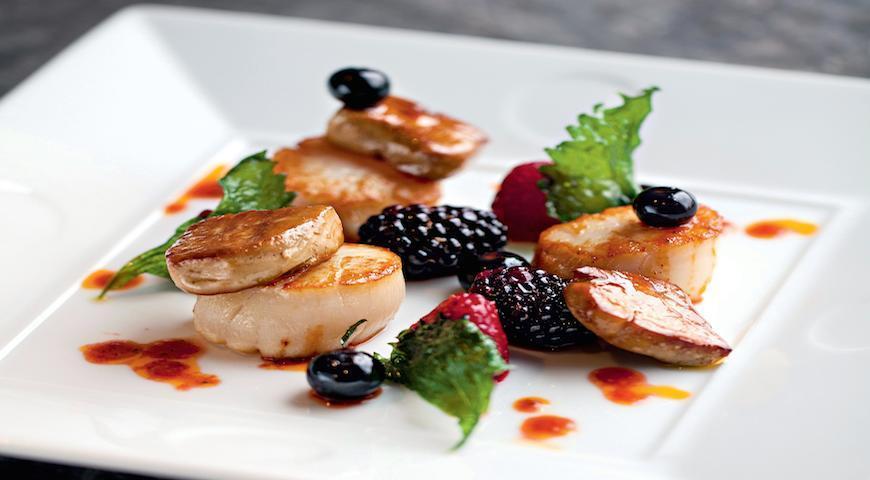 Рецепт Морские гребешки с фуа-гра, ягодами и острым медовым соусом