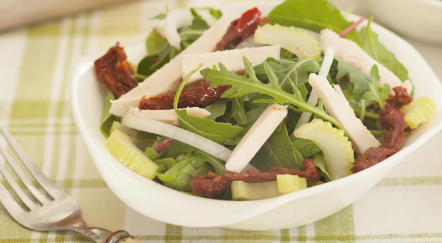 Рецепт Салат с куриным филе и вялеными помидорами