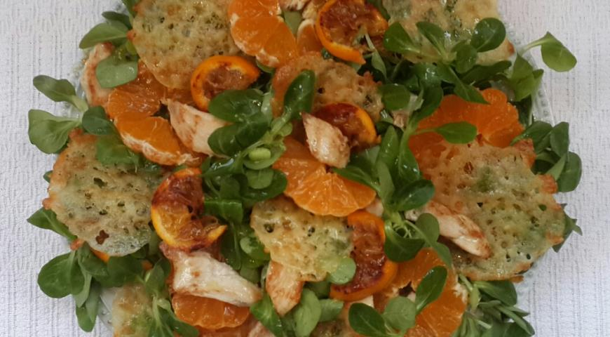 Рецепт Салат с курицей, мандаринами и сырными чипсами