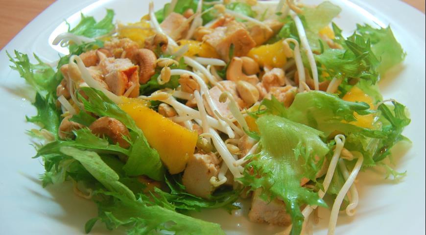 Рецепт Салат с курицей, манго и кешью