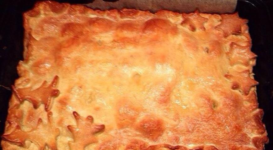Пирог из слоеного теста с курицей и картофельным пюре