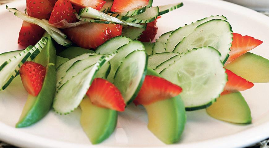 Рецепт Салат из клубники, огурцов и авокадо