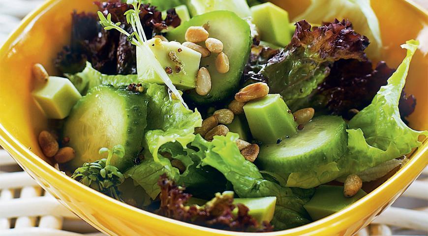 Рецепт Зеленый салат с авокадо и кедровыми орехами