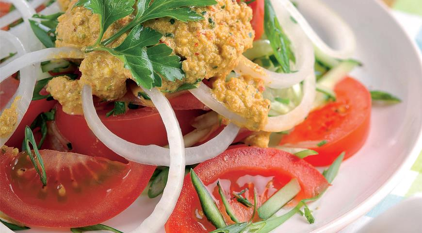 Рецепт Салат из помидоров и огурцов с ореховым соусом
