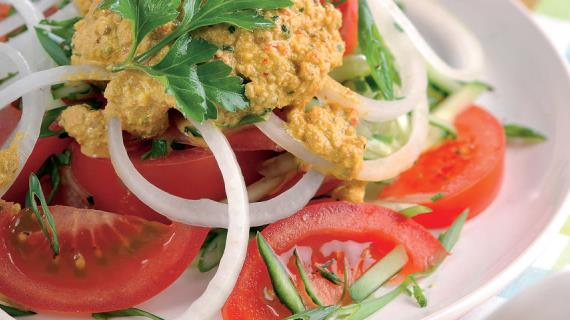 Салат из помидоров и огурцов с ореховым соусом