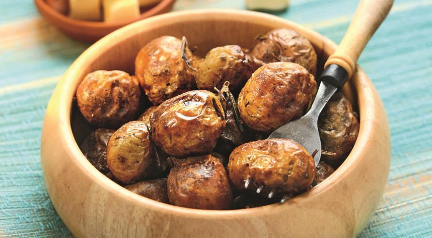 Рецепт Запеченный в духовке картофель с чесноком и розмарином