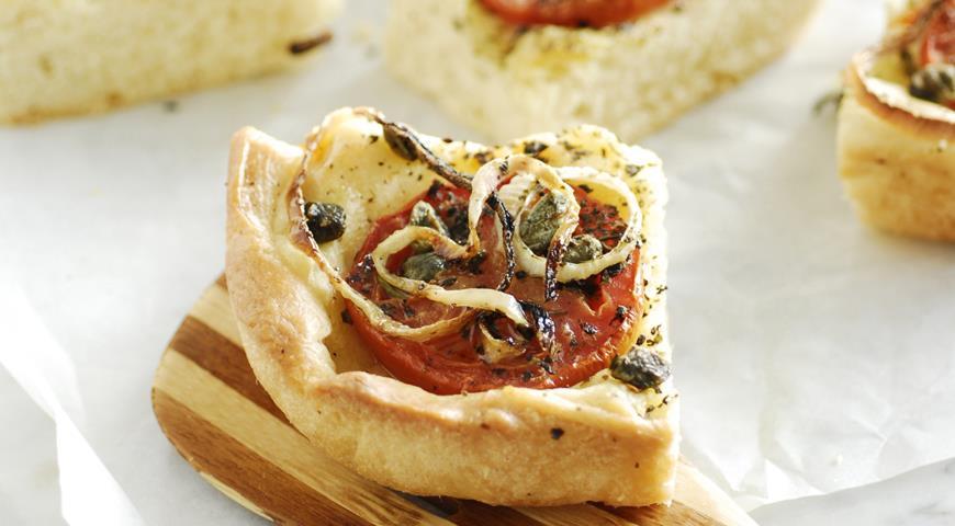 Рецепт Ладения - пирог с луком и помидорами