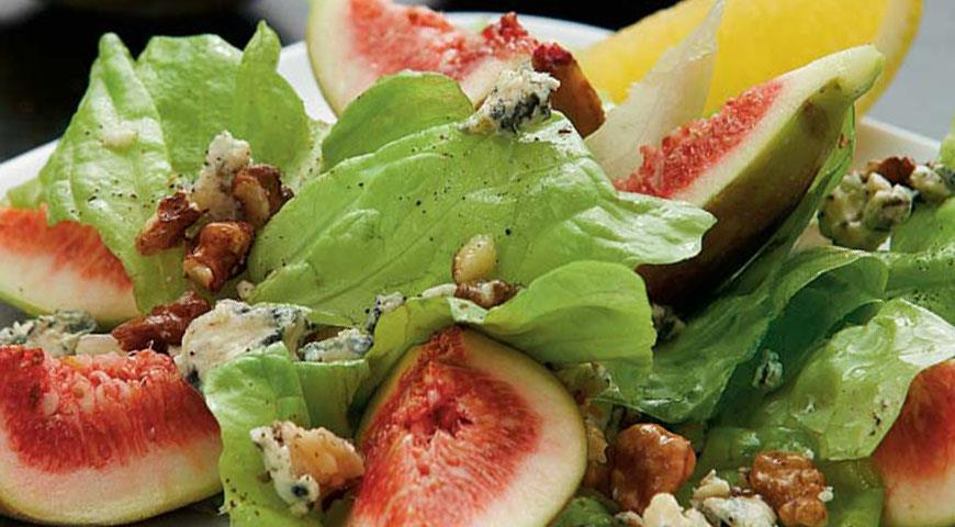 Рецепт Зеленый салат с инжиром, горгонзолой и грецкими орехами