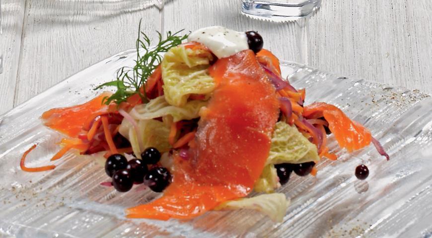 Рецепт Малосольный лосось с горячим смородиновым салатом