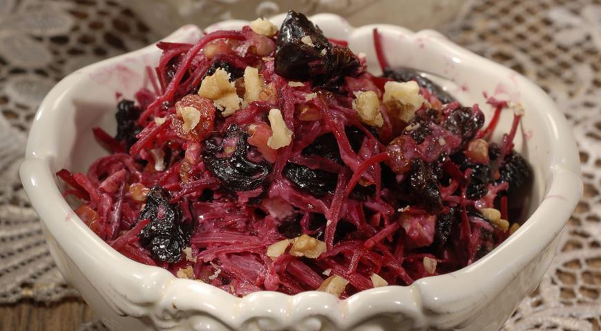 Рецепт Салат из свеклы с черносливом