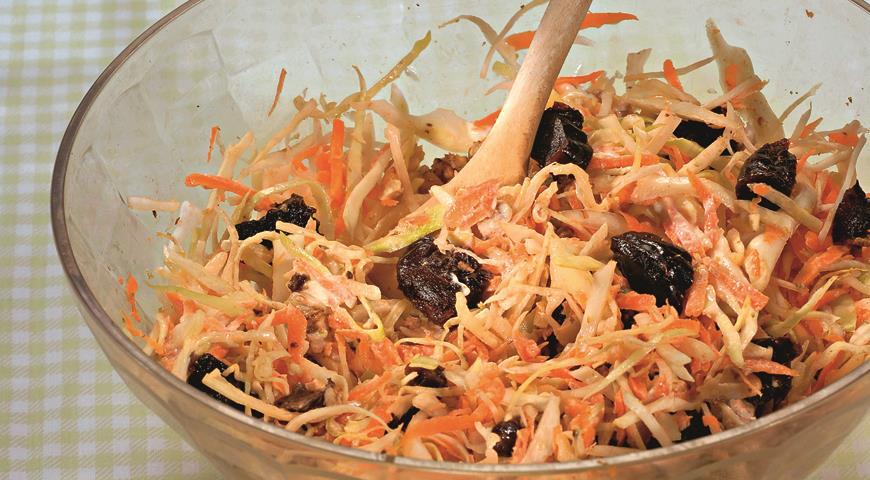 и капусты с черносливом из морковью Салат