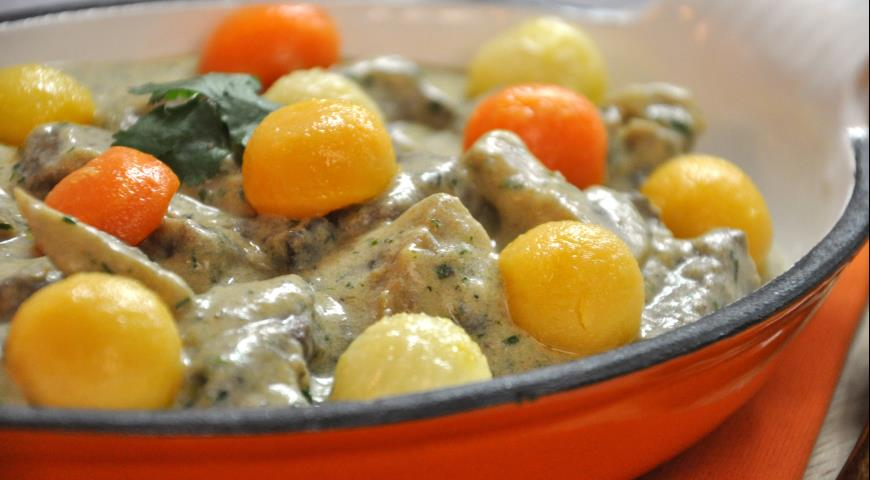 Рецепт Рагу из телятины с белым соусом, шампиньонами и глазированными овощами