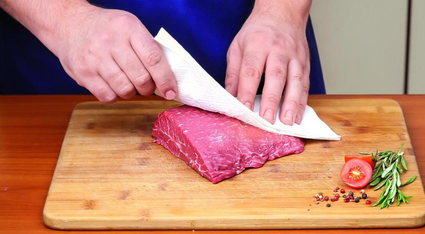 Мясо и бумажное полотенце