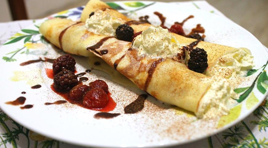 Рецепт Французские блинчики с ягодами и взбитыми сливками