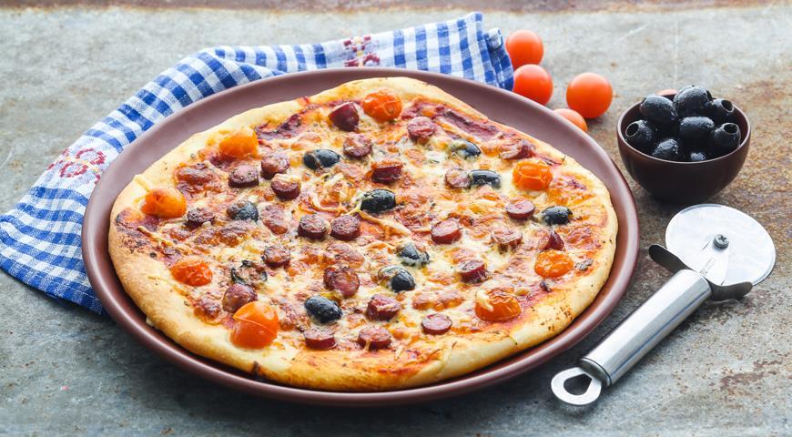 Пицца с колбасой photo