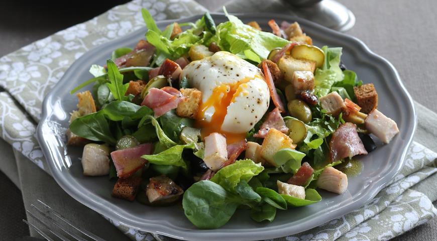 Рецепт Закуски новогоднего стола- зеленый салат с колбасой и яйцом-пашот