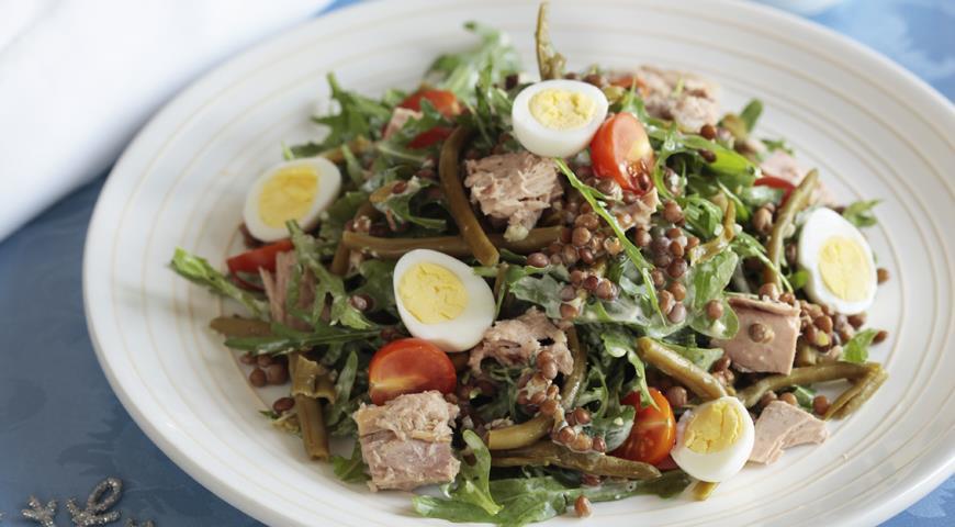 Рецепт Новогодний салат из чечевицы и тунца с зеленым соусом