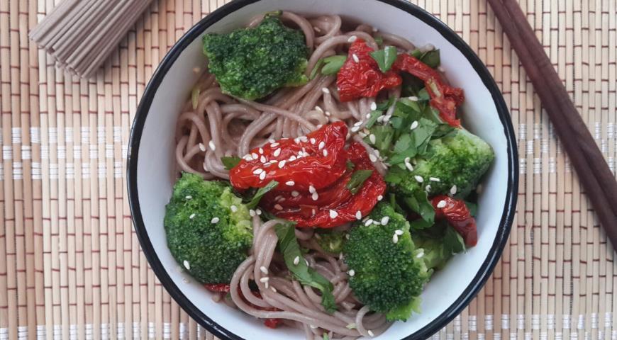 Рецепт Соба с брокколи и вялеными помидорами