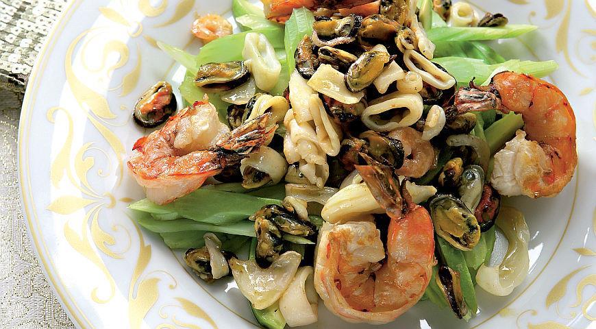 Рецепт Салат с морским коктейлем под соусом сабайон с карри