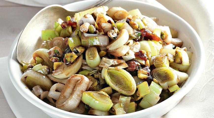 Рецепт Салат из лука-порея, фиников и фисташек