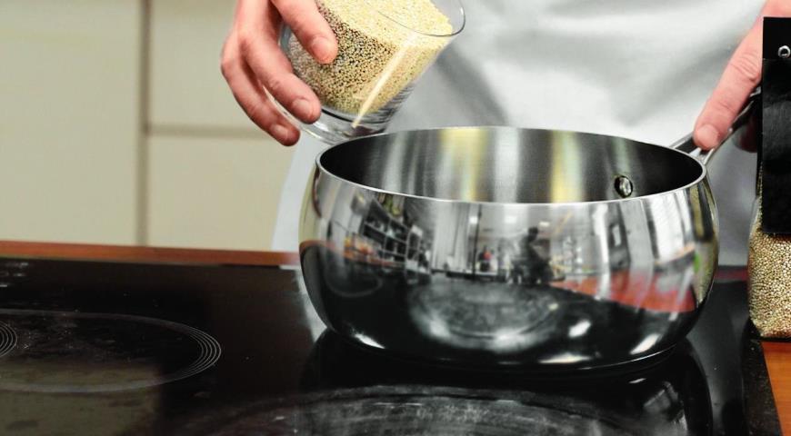 Фото приготовления рецепта: Теплый салат из киноа скреветками , шаг №2