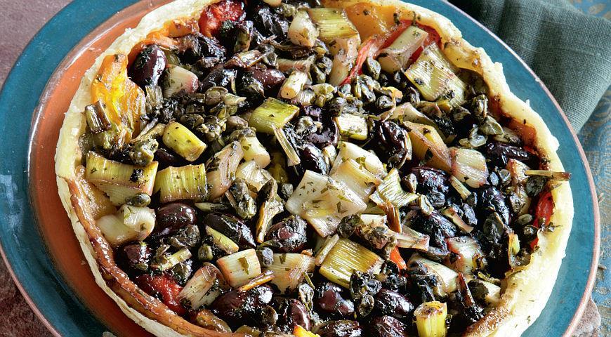 Рецепт Перевернутый пирог с печеными перцами, луком-пореем и маслинами