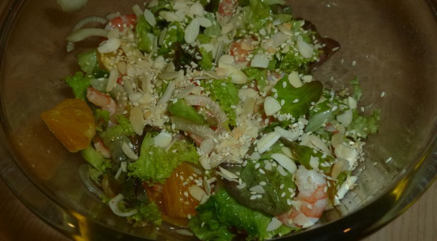 Рецепт Креветочный салат с апельсином и пряной медовой заправкой