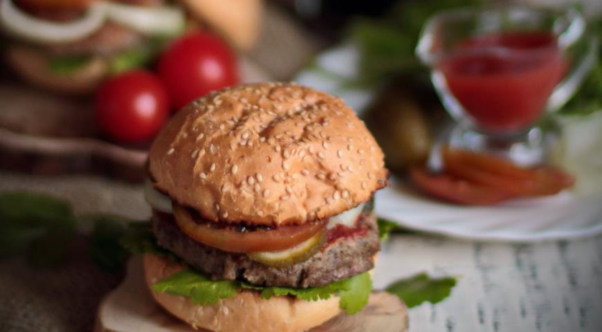 Рецепт Бургер с гречневой котлетой, кинзой и жареным луком