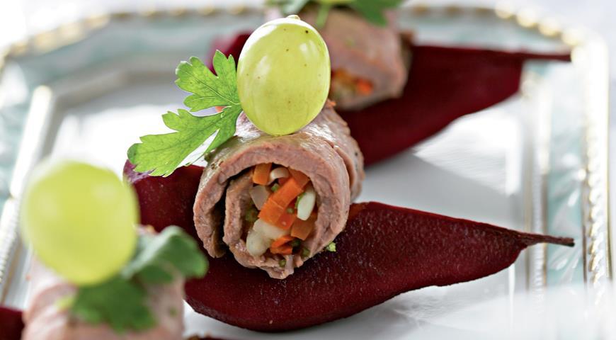 Рецепт Рулетики из ростбифа с грушами в красном вине
