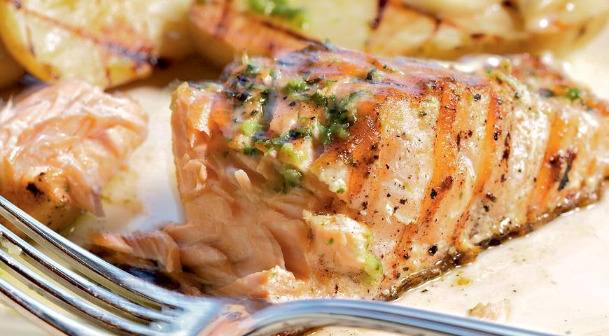 Рецепт Лосось с соусом из голубого сыра и картофелем-гриль