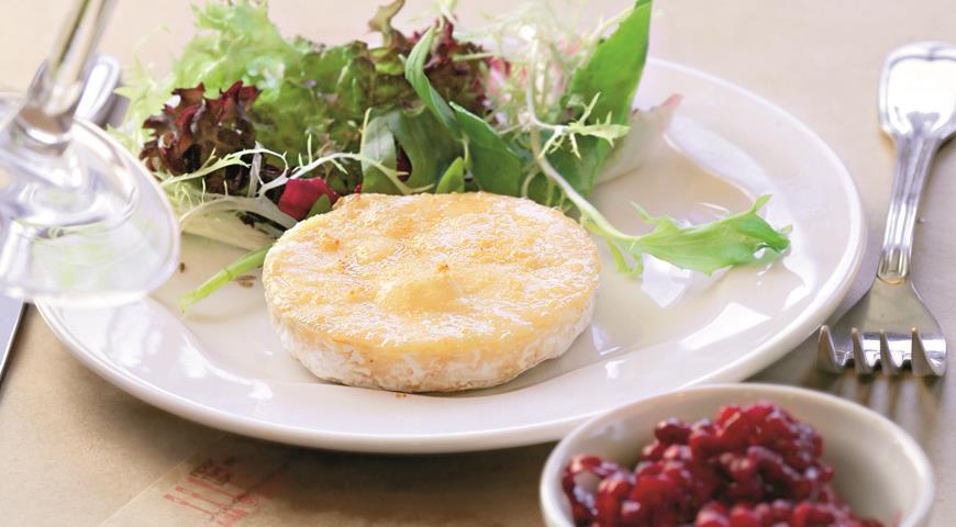 Рецепт Французский сыр на гриле с бруснично-имбирным чатни