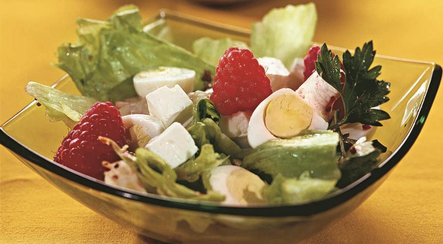 Рецепт Салат с перепелиным яйцом и малиной