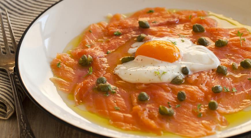 Рецепт Закуска из копченого лосося с яйцом и каперсами