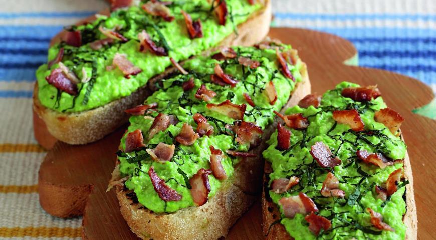 Рецепт Брускетты с беконом и пюре из зеленого горошка