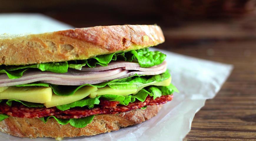 Рецепт Сэндвич с ветчиной и салями