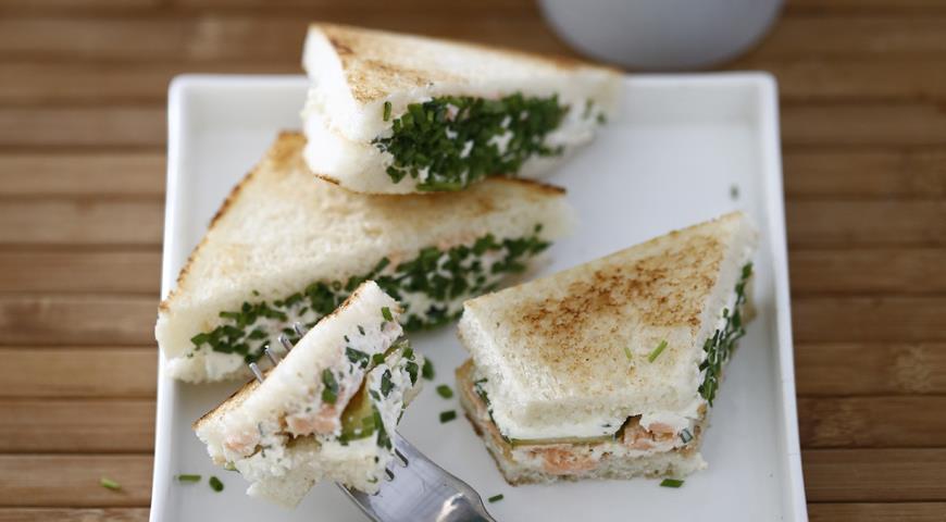 Рецепт Сэндвичи с сыром, огурцами и копченым лососем