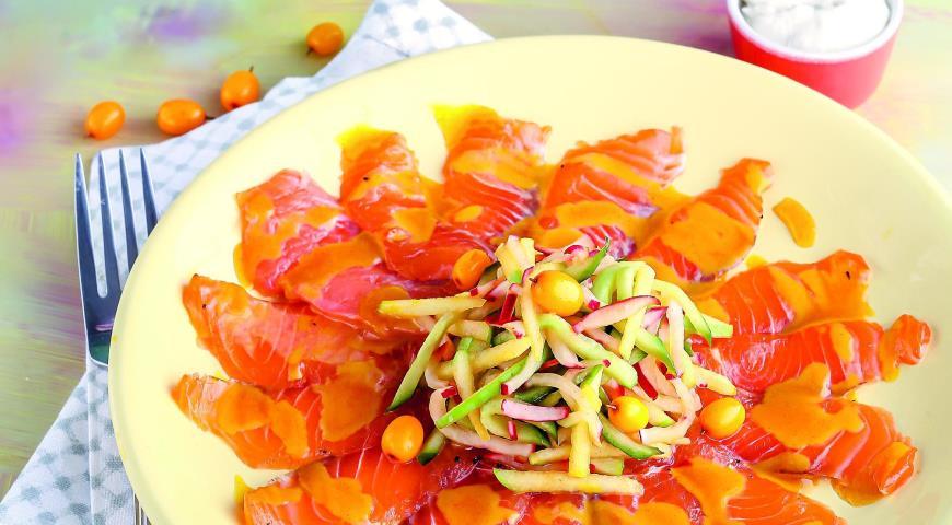 Рецепт Салат с семгой, яблоком и заправкой из облепихи