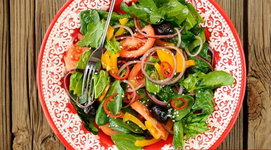 Рецепт Яркий салат с помидорами, шпинатом и сицилийской заправкой