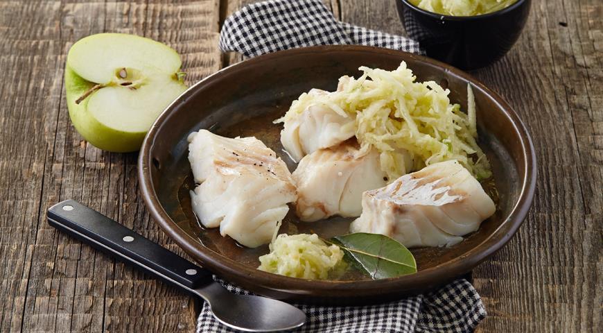 Рецепт Треска отварная с яблоками и хреном