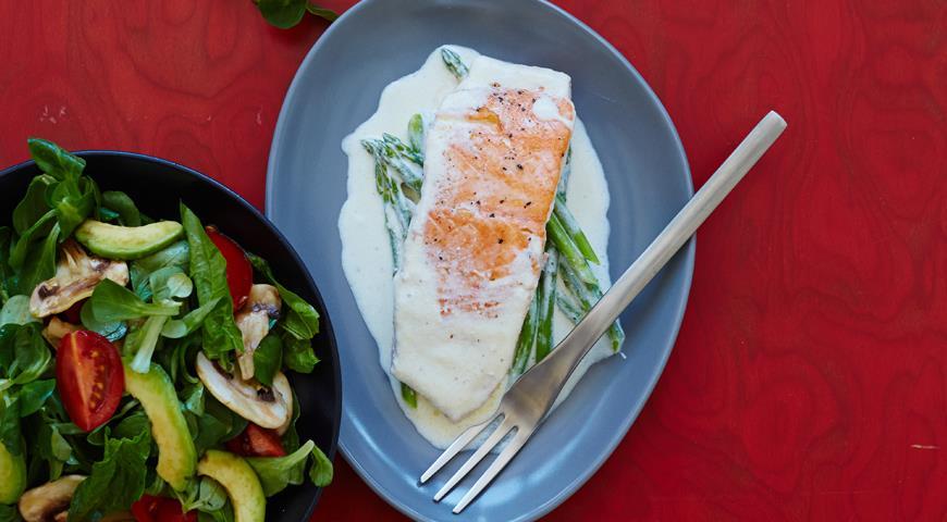 Рецепт Запеченный лосось со спаржей и овощным салатом от Варвары