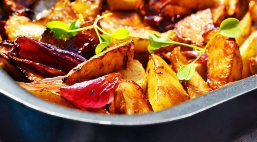 Рецепт Картофельные дольки с луком, запеченные с бальзамико