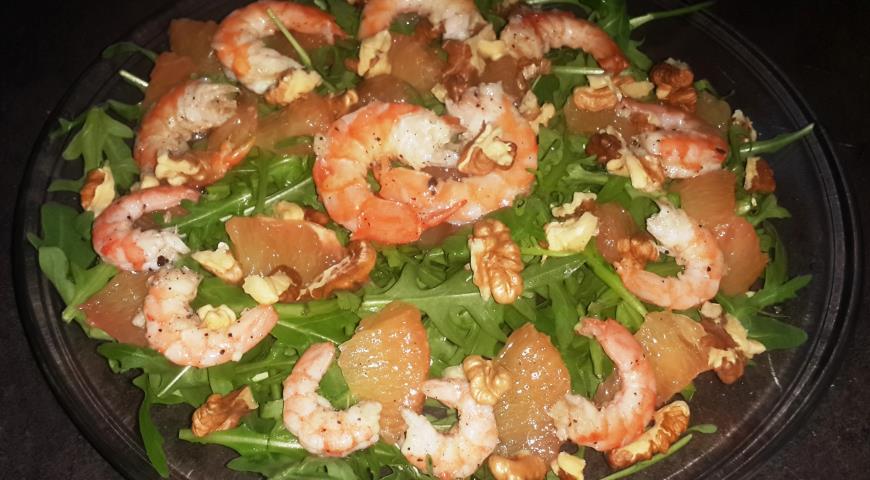 Рецепт Легкий салат с креветками, рукколой и грейпфрутом