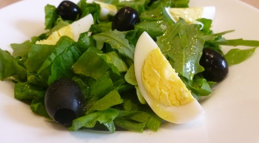 Рецепт Яичный салат с щавелем и рукколой