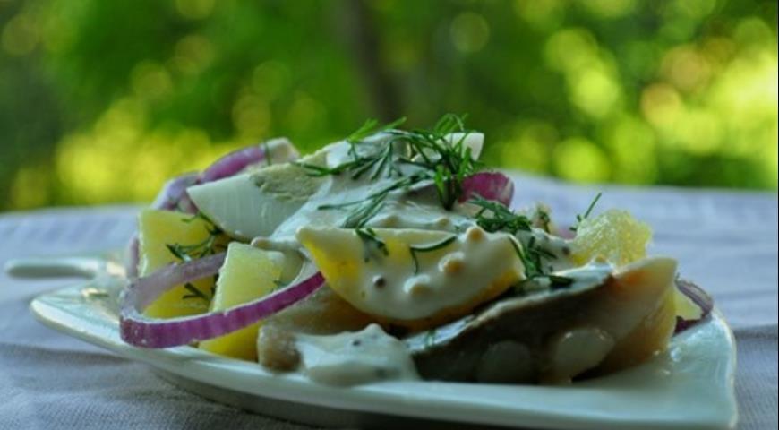 Рецепт Картофельный салат с сельдью, яйцом и йогуртово-горчичной заправкой