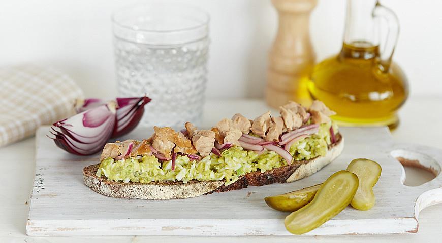 Рецепт Бутерброды с яйцами, печенью трески и авокадо