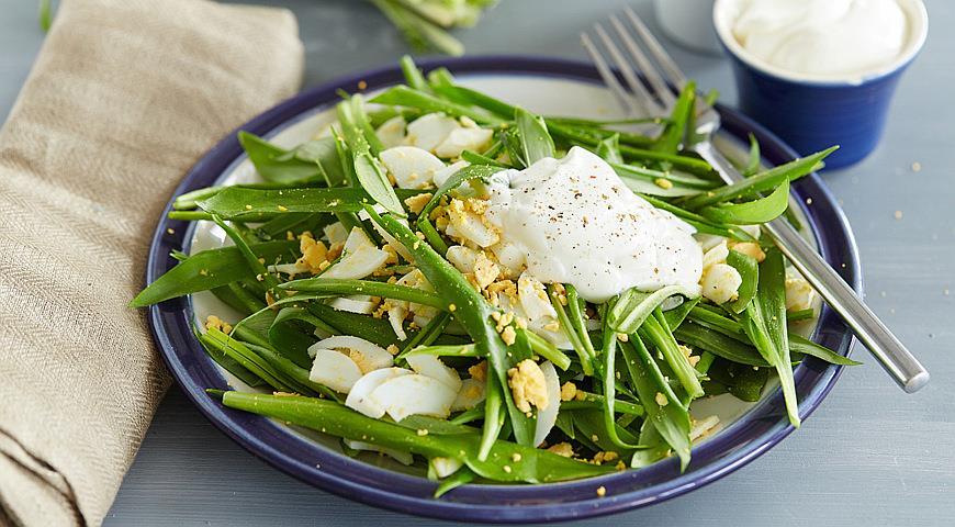 Рецепт Салат с яйцами и черемшой