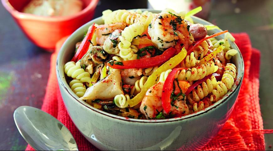 Рецепт Салат из фузилли с морепродуктами