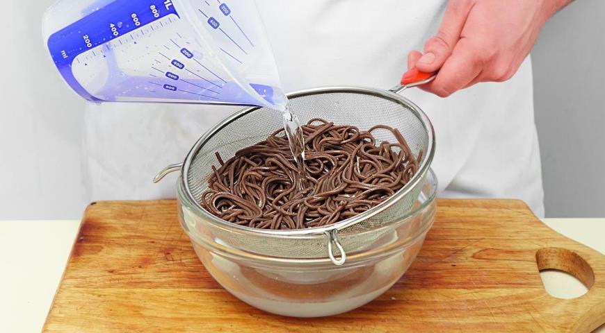 Фото приготовления рецепта: Гречневая лапша с грибами, шаг №4